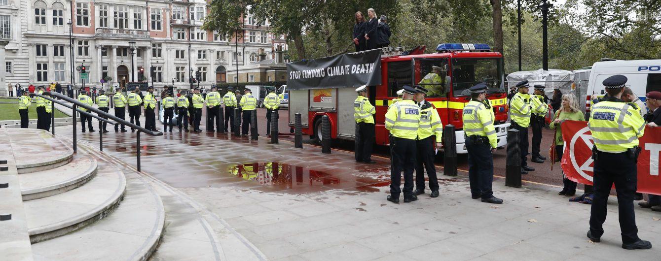 """Казус на протесті: в Лондоні активісти втопили в """"крові"""" королівське казначейство"""