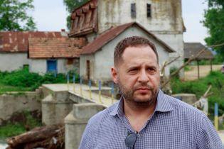 У помощника Зеленского нашли бизнес-связи с приближенным к российской верхушке предпринимателем