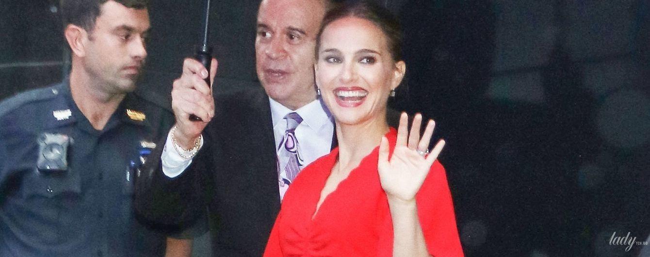 В красном мини-платье: красивая Натали Портман в объективах нью-йоркских папарацци