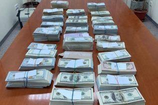 У лікаря-трансплантолога, якого піймали на хабарі, вилучили майже 1 млн доларів