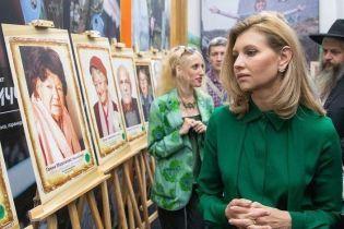 В зеленой блузке и с лаконичными серьгами: Елена Зеленская на выставке портретов