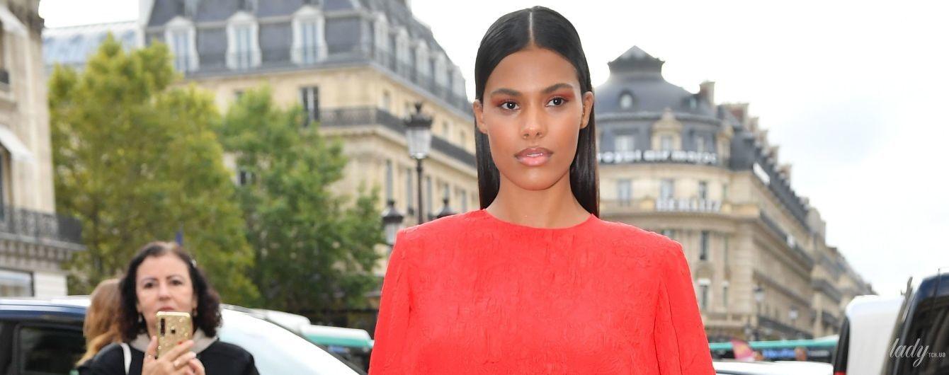 Красуня в червоній сукні: Тіна Кунакі блищала перед камерами в Парижі