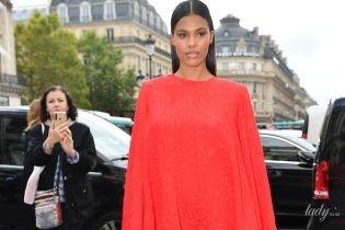 Красотка в красном платье: Тина Кунаки блистала перед камерами в Париже