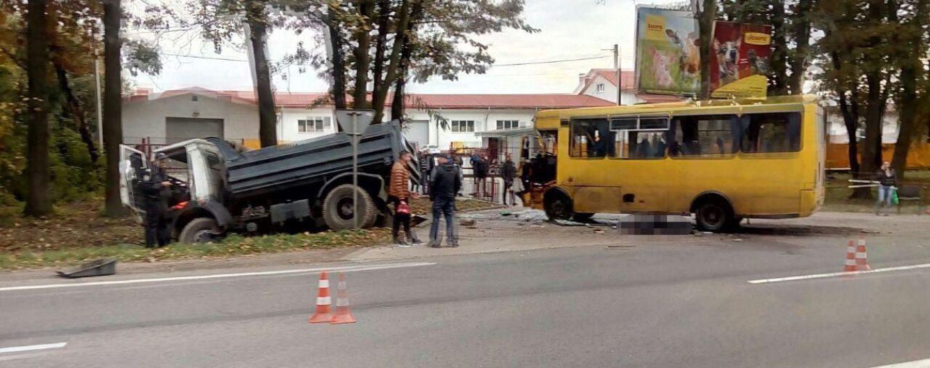 На Львівщині зіткнулися автобус і вантажівка: 10 постраждалих