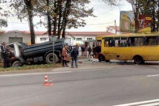 На Львовщине столкнулись автобус и грузовик: 10 пострадавших