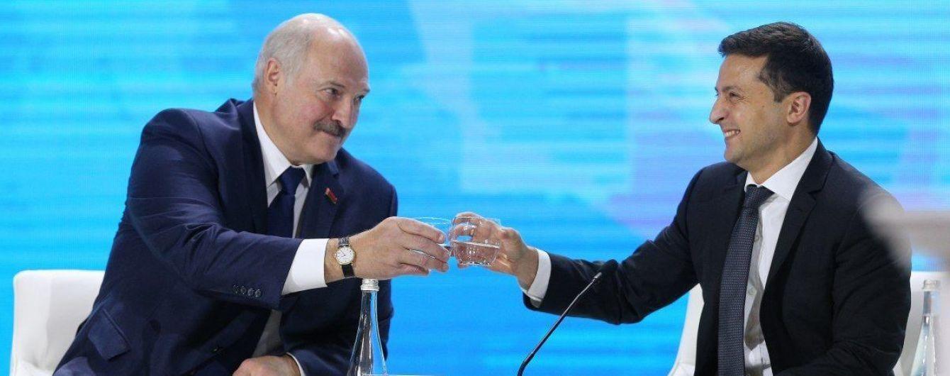 Лукашенко із Зеленським цокнулись келихами з водою і викликали сміх у залі під час форуму регіонів