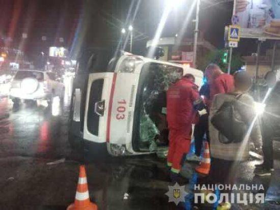 У Харкові від зіткнення з легковиком перекинулася швидка, троє постраждалих