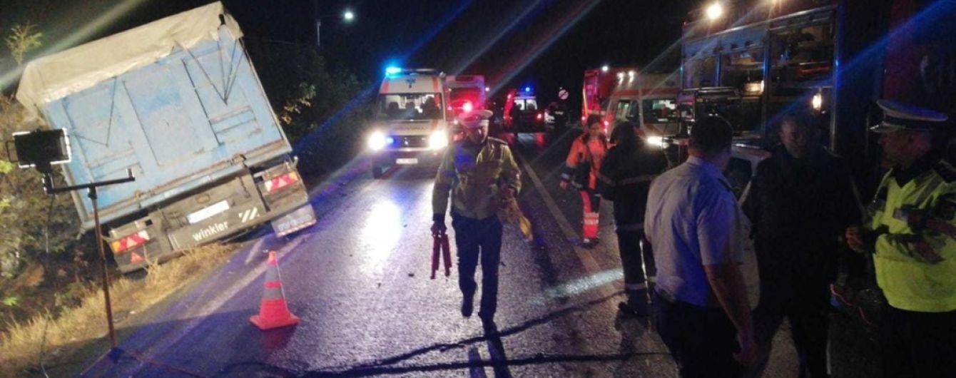 Моторошна аварія в Румунії. Мікроавтобус набитий людьми на повному ходу влетів у фуру