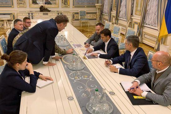 Зеленський обговорив нове розведення військ на Донбасі з главами силовиків та військових