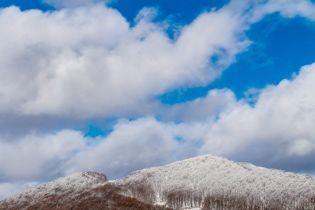В Карпатах падает снег. Горы уже засыпало