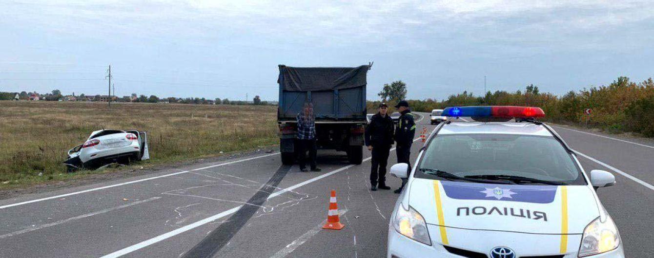 У Рівненській областізіткнулися вантажівка і легковик: водій загинув, а жінка та дитина у лікарні