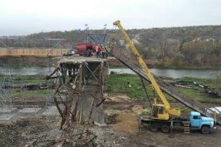 В Станице Луганской возле разрушенного моста устанавливают остановки общественного транспорта