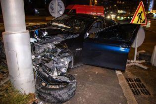 В Киеве под Шулявским мостом BMW протаранил столб