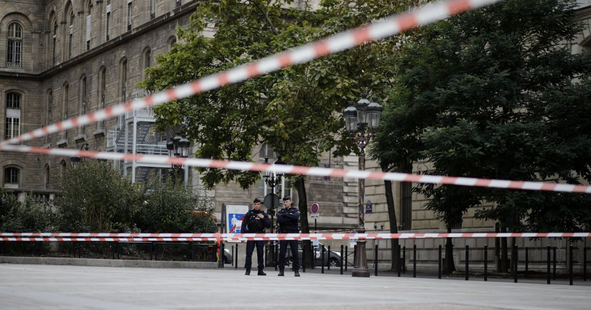 В еще одном французском городе неизвестный с ножом набросился на полицейских