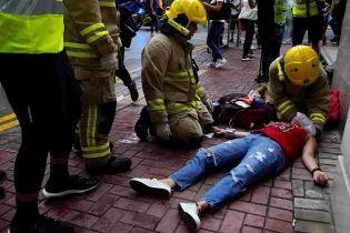 В Гонконге таксист въехал в толпу протестующих. Его забили до полусмерти