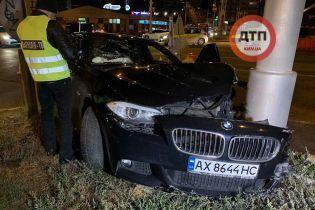 В Киеве водитель BMW влетел в столб из-за опасной дорожной ситуации