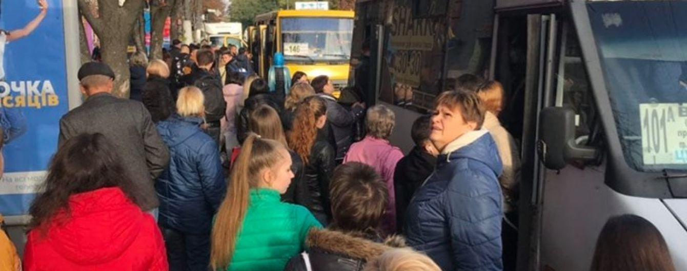 В Днепре из-за провала в асфальте возле общежития ограничили движение транспорта - в городе образовался коллапс