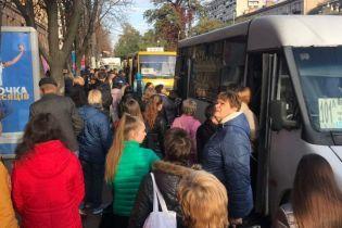 У Дніпрі через провал в асфальті біля гуртожитку обмежили рух транспорту - у місті утворився колапс