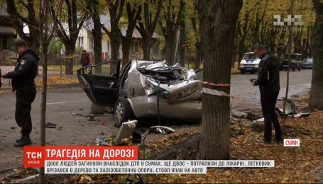 Столб упал на машину в Сумах, два человека погибли