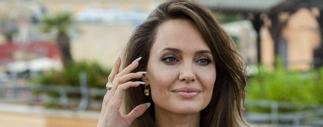 """Ніжна Анджеліна Джолі у кутюрному вбранні відвідала прем'єру """"Чаклунки"""" у Римі"""