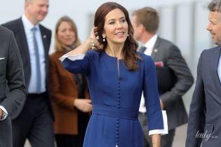 В сине-белом аутфите: красивая кронпринцесса Мэри прилетела во Францию
