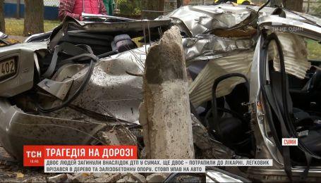 У Сумах легковик врізався у електроопору: двоє людей загинули
