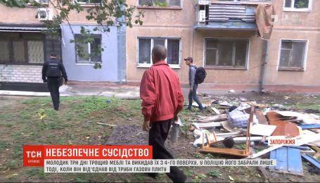 В Запорожье парень несколько дней крушил собственную квартиру и выбрасывал мебель из окна