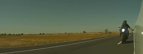 В Америке байкера-вандала поймали благодаря камерам Tesla. Видео