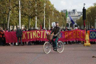 В десятках городов по всему миру экоактивисты блокируют дороги и разбивают протестные палаточные городки