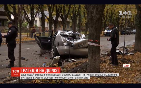 У Сумах стовп впав на автомобіль: є загиблі