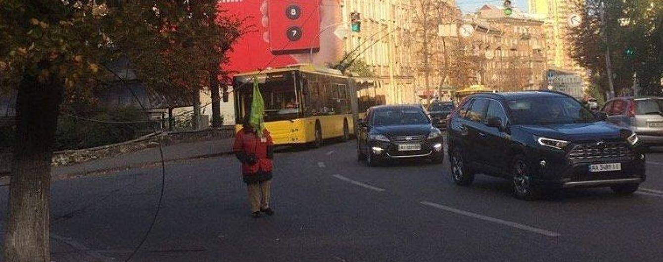 У центрі Києва обірвалась контактна лінія тролейбусів