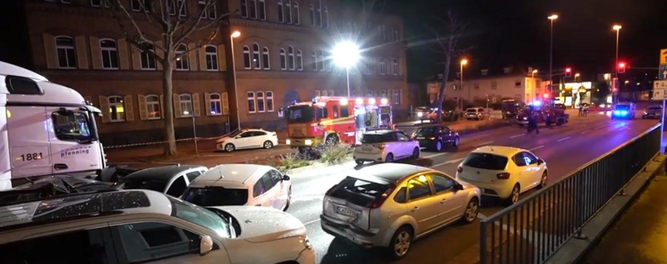 У Німеччині чоловік викрав вантажівку і протаранив кілька легковиків: 9 постраждалих