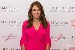Стройная и красивая: 54-летняя Элизабет Херли в розовом платье с декольте пришла на ланч