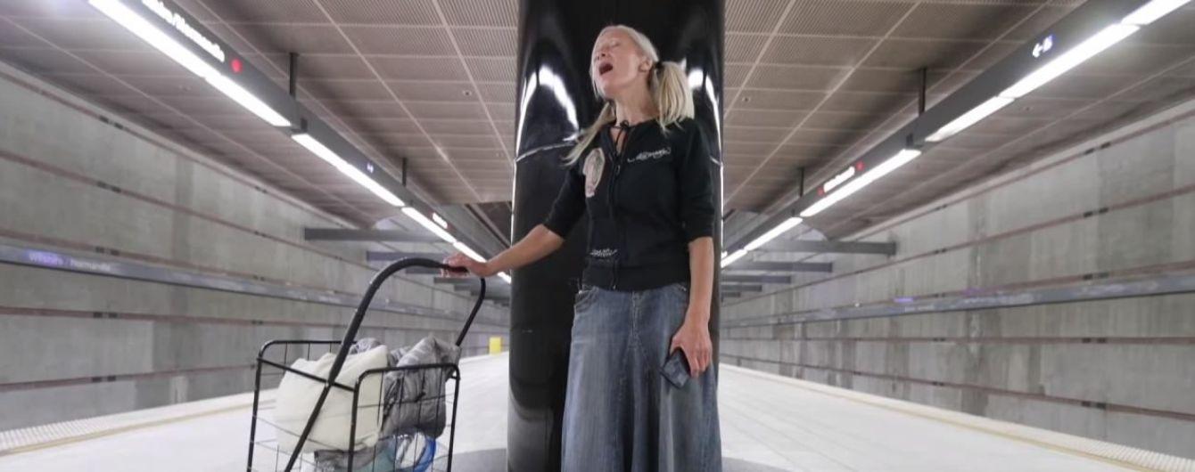 Безпритульна мігрантка виступила у передмісті Лос-Анджелеса завдяки вірусному відео з її співом