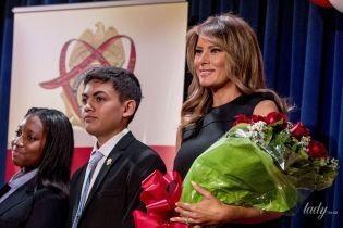 В черном платье и с букетом роз: скромный аутфит Мелании Трамп