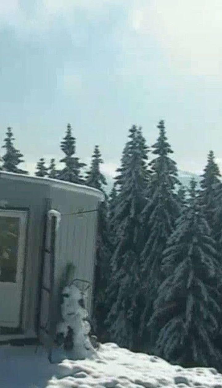 Схили Карпатських гір укриті першим пухким снігом