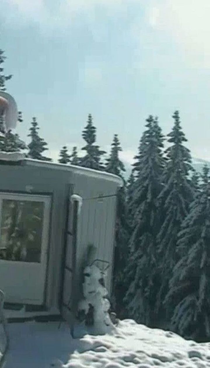 Склоны Карпатских гор покрыты первым рыхлым снегом