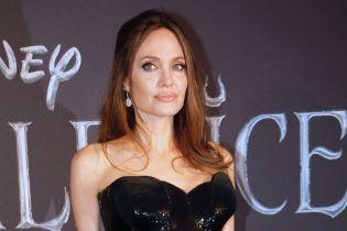 """Анджелина Джоли в платье с высоким разрезом посетила премьеру """"Малефисенты"""" в Риме"""