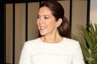 Идеальный аутфит: кронпринцесса Мэри в белом платье попала под дождь