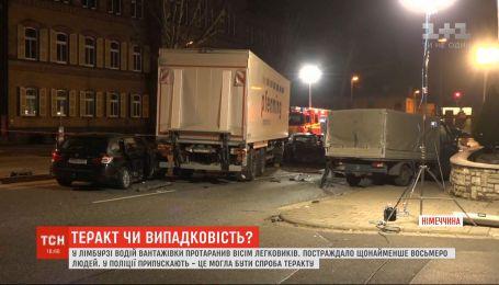У Німеччині водій вантажівки на повній швидкості протаранив одразу вісім легковиків