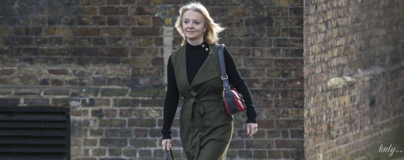 У сукні кольору хакі і пітонових туфлях: діловий образ міністерки міжнародної торгівлі Великої Британії
