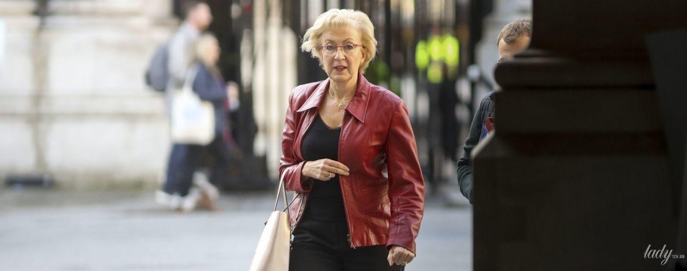 У бордовій шкіряній куртці і з червоною помадою: новий аутфіт міністерки з бізнесу Великої Британії