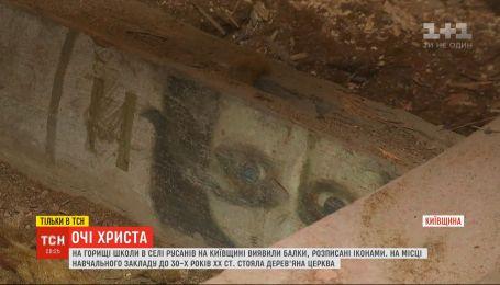 На Киевщине на крыше школы активисты обнаружили окрашенные иконами балки