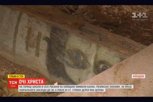 На Киевщине на крыше школы обнаружили раскрашены иконами балки старой церкви. Храм разрушили коммунисты