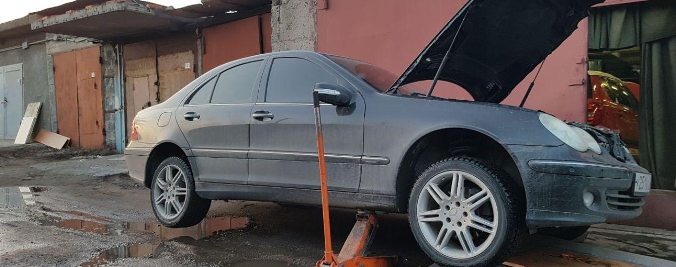 На Львовщине мужчину убило авто, которое слетело с домкрата
