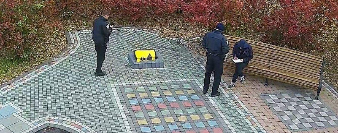 У Києві невідомий облив фарбою меморіальну дошку воїнам АТО