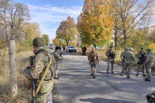 """Возле Золотого """"Нацкорпус"""" и ветераны пытаются прорваться через блокпост. Правоохранители их не пускают и стреляют в воздух"""