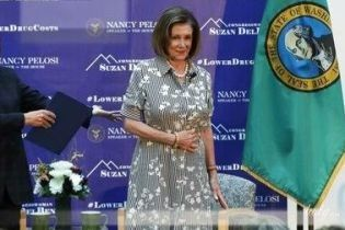В кокетливом образе: спикер палаты представителей США в полосатом платье выступила в медицинском центре