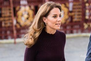 В дешевых кюлотах и с сумкой Chanel: герцогиня Кембриджская приехала в музей
