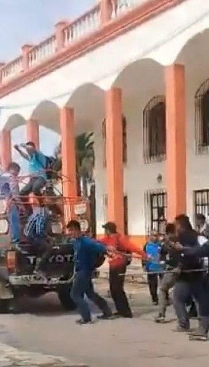 У Мексиці невдоволені мешканці прив'язали мера до авто і волочили кілька кварталів